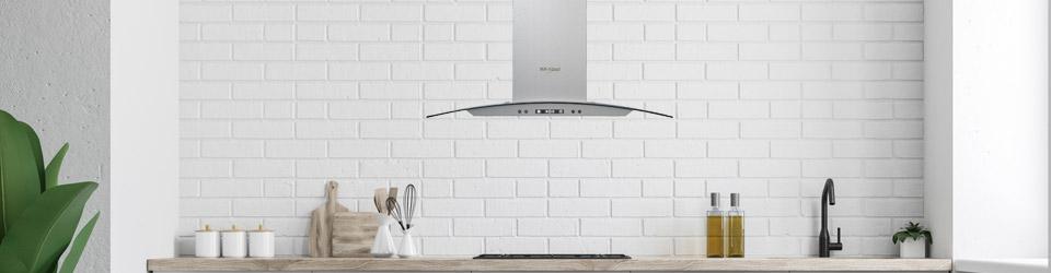Campana Whirlpool 7501545629648 ambientada en cocina equipada con electrodomésticos Whirlpool.