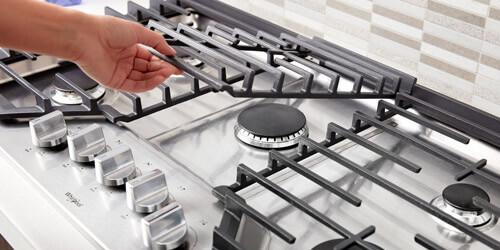 Cubiertas Whirlpool 883049468006 con capacidad para 5 puestos. Rejillas EZ-2-Lift™ de ancho completo y con posibilidad de levantarlas de manera fácil para una limpieza más cómoda, rápida y eficiente.
