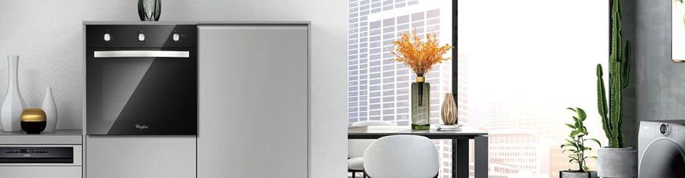 Horno Whirlpool 7501545613500 Ambientado en cocina de estilo moderno empotrado en mueble a la altura de la persona para acceder de manera más fácil y cómoda.