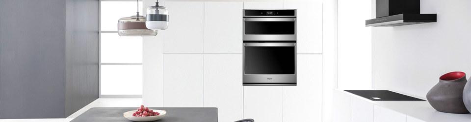 Torre de Hornos con horno microondas Whirlpool 883049446882 ambientada en cocina moderna vista desde la parte externa de la casa.