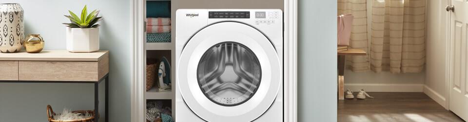 Lavadora carga frontal Slim Whirlpool 883049583426 Ambientada en un hogar con el cuerto de ropas tipo closet que tiene dimensiones especiales de fondo que permiten su fácil adaptación.